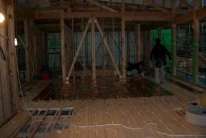 床暖房の熱線が施工されていきます