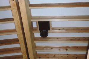天井の煙突パイプ。薪ストーブとつながります